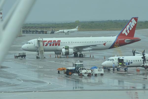 Turbina explodiu e atingiu a fuselagem do avião, que precisou sobrevoar por 1h a cidade antes de aterrisar