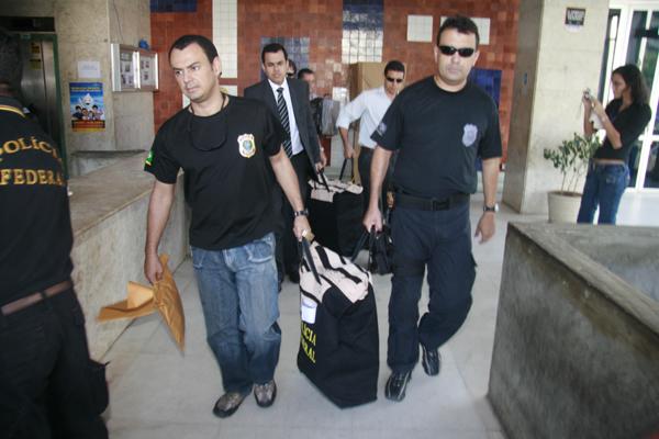 Durante operação, em 2008, policiais apreendem documentos