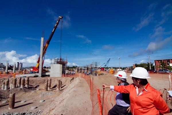 Governadora Rosalba Ciarline acompanha a instalação do pilar da arquibancada com Demétrio