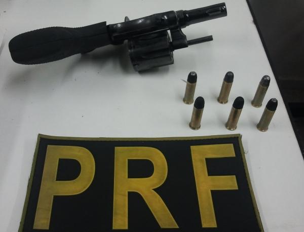 Policiais encontraram um revólver e seis munições de posse dos acusados
