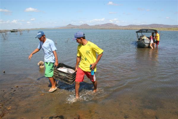 Fagner Brás, 18, pesca com rede e teve mais sorte. Saiu do barragem com mais de 20 quilos em dois dias de pescaria das 5h às 11h.
