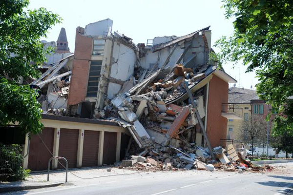 Quinze mortes já foram confirmadas após os tremores de terra que atingiram o norte da Itália nesta terça-feira