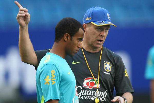 Lucas ao lado de Mano Menezes; segundo Gazzetta dello Sport, Inter pagaria R$ 45 milhões pelo jogador