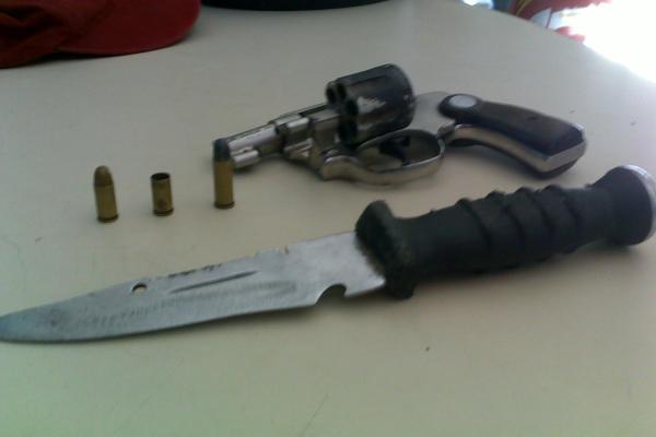 Um revólver calibre 38 e um faca foram encontrados de posse dos bandidos