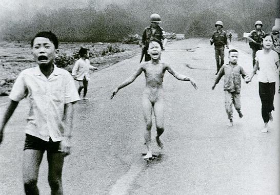 Foto do grupo de criança tentando escapar de um bombardeio de uma aldeia vietnamita, em 1972, foi uma das imagens mais chocantes do conflito nosudoeste asiático.