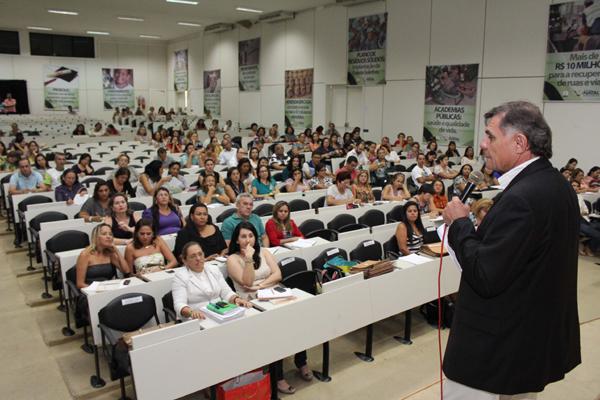 O titular da Secretaria Municipal de Educação, Walter Fonseca, anunciou ontem o corte de pessoal a diretores de escolas e Cmeis