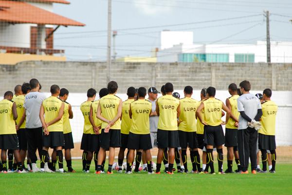 O treinador Márcio Goiano terá trabalho para armar a equipe contra o Ceará, uma vez que está confirmada a ausência de Bombinha