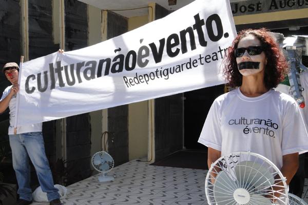 Ato público Cultura Não É Vento esteve em vários pontos de Natal, inclusive em frente à FJA