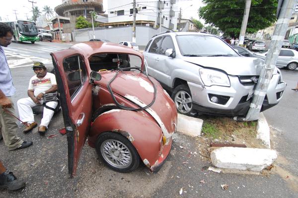 Carros colidem em cruzamento de avenidas em Petrópolis