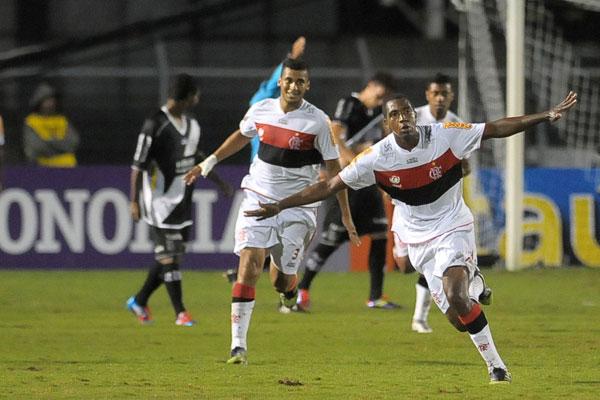 Renato Abreu voltou ao time titular do Flamengo depois de passar por uma cirurgia no coração e marcou o primeiro gol rubro negro