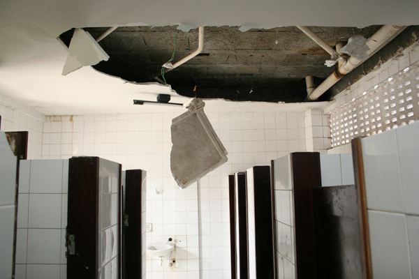 Com infiltrações, parte do teto dos banheiros já caiu. Vigilância Sanitária deu prazo para reforma