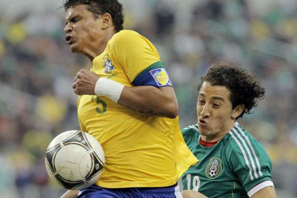 Thiago disputa bola pela Seleção com jogador mexicano; zagueiro ganharia R$ 26 milhões anuais no PSG