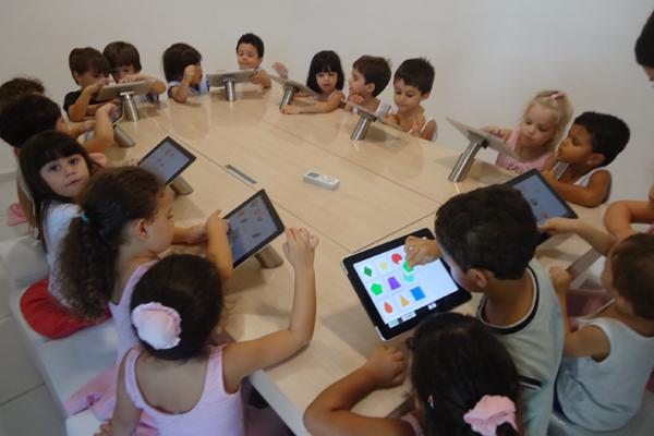 Escola cria espaço tecnológico para o uso do tablet como recurso para brincadeira e aprendizagem