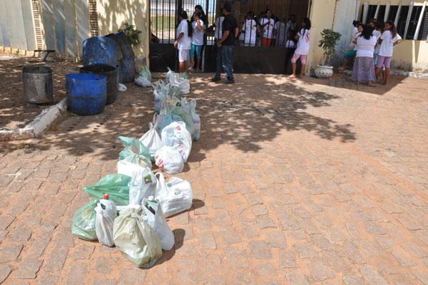 Parentes reclamam de dificuldade para visitas e entrega de alimentos aos detentos