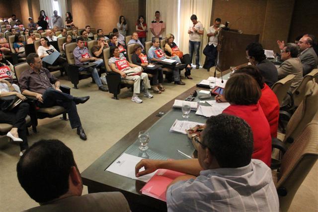 Audiência contou com participação de membros do Governo, políticos, representantes da UERN e do movimento grevista