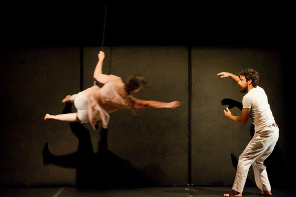 Suspensos por cabos, bailarinos acrobatas Patrícia Manata e Lourenço Marques dançam e criam atmosfera de vertigem, leveza e ilusão.