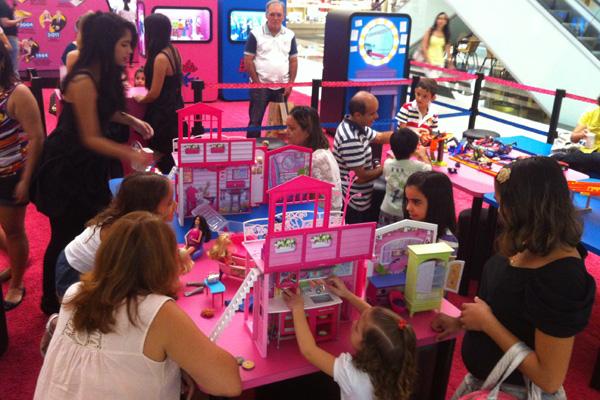 Exposição dedica área para crianças, com várias casas de boneca