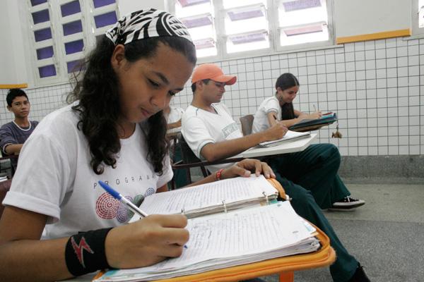 Sistema educacional busca iniciativa para melhoria do ensino médio nas escolas públicas