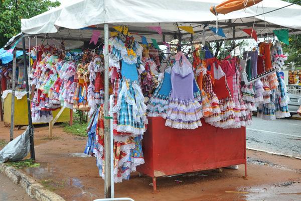 Na barraca da comerciante Lindalva Palhano, na avenida Antônio Basílio, havia de tudo para colorir e animar as festas juninas pela cidade.