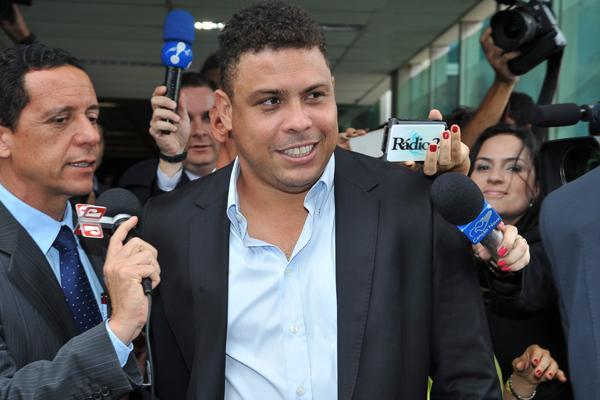 Ronaldo vem, acompanhando a visita do secretário da Fifa ao país