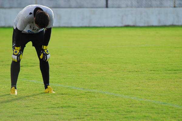 O goleiro Andrey sentiu uma lesão muscular e foi cortado do time