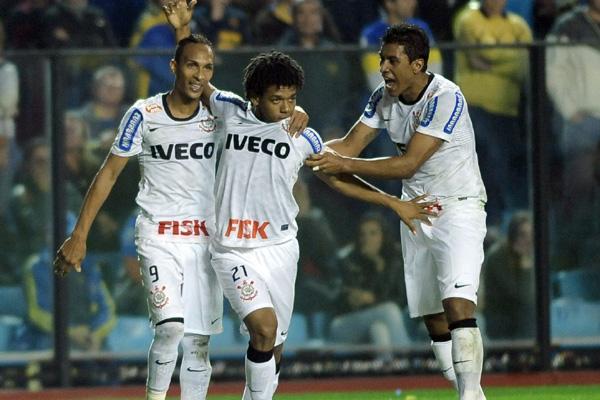 Romarinho comemora o gol do empate do Corinthians contra o Boca Juniors, em Buenos Aires
