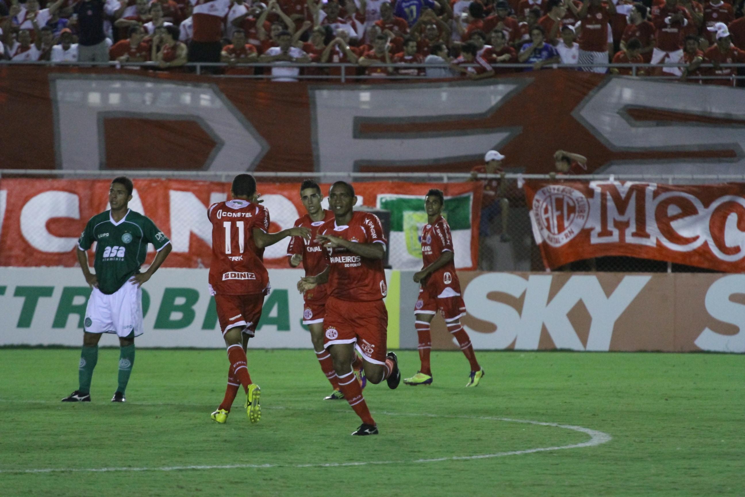 O América manteve o seu ótimo aproveitamento jogando no Nazarenão, derrotou o Guarani e voltou a ser líder da competição