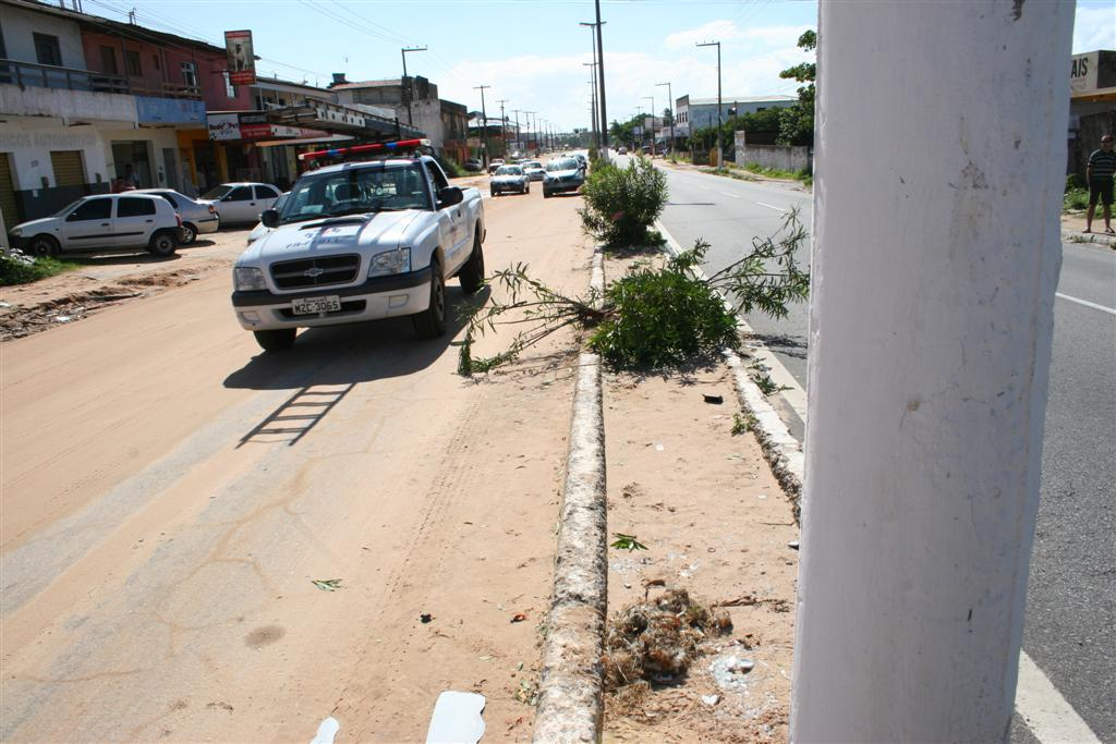 Um motoqueiro faleceu aps tentar desviar um buraco de areia na avenida Joo Medeiros Filho