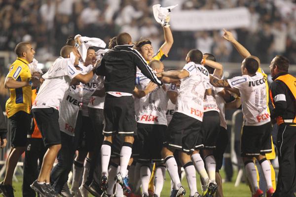 Após o apito final do árbitro a festa corintiana invadiu o gramado do  estádio Pacaembu na vitória por 2 a 0, sobre o Boca Juniors/ARG