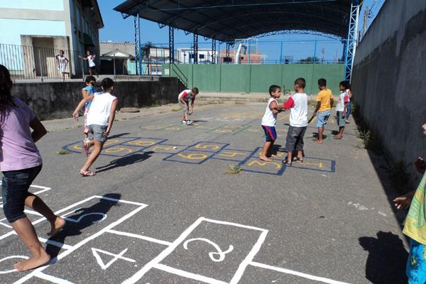 Jogo da Amarelinha desenvolve senso de força e espaço nas crianças