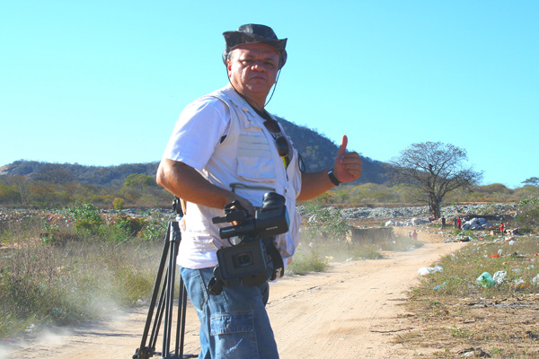 O diretor em ação: Tinha só uma câmara na mão e muitas ideias. Essa continuação teve melhores recursos e uma verba de R$ 15 mil.