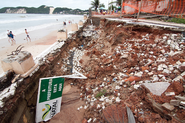 O calçadão está destruído em vários trechos e levou a Prefeitura a decretar estado de calamidade
