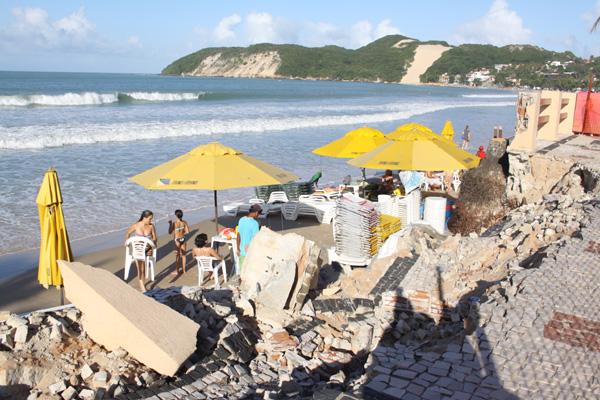 Estrutura do calçadão da praia - já interditado - pode ficar ainda pior, pois no início de agosto a maré deve ser a mais alta do ano