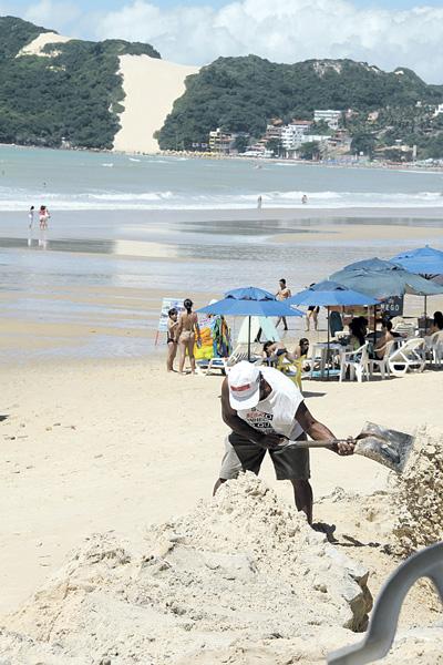Ontem, donos de quiosques já tentavam amenizar os efeitos da destruição do calçadão da praia