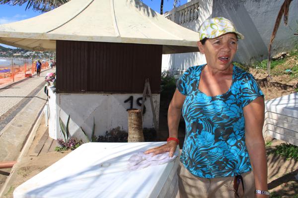 Maria Alves, proprietária do quiosque 15, que trabalha na praia há mais de 30 anos na praia, disse que tem tido dificuldade nas vendas