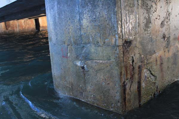 Estrutura de concreto dos pilares da Ponte de Igapó estão com ferros aparentes