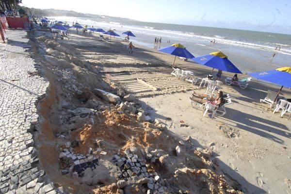 Destruído, calçadão de Ponta Negra foi interditado pela Justiça e aguarda reconstrução