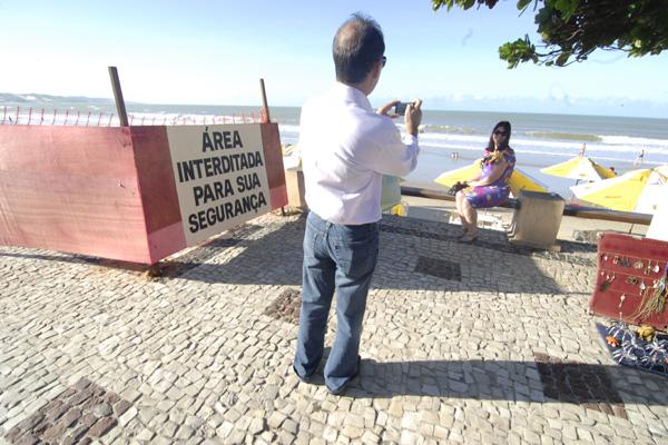 Turistas tentam aproveitar as belezas naturais do lugar, apesar dos problemas estruturais