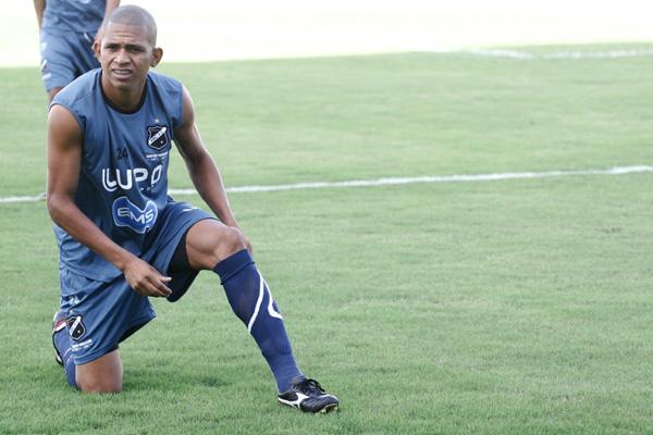 Recuperado da lesão na coxa direita, o atacante Bombinha participou normalmente do treinamento