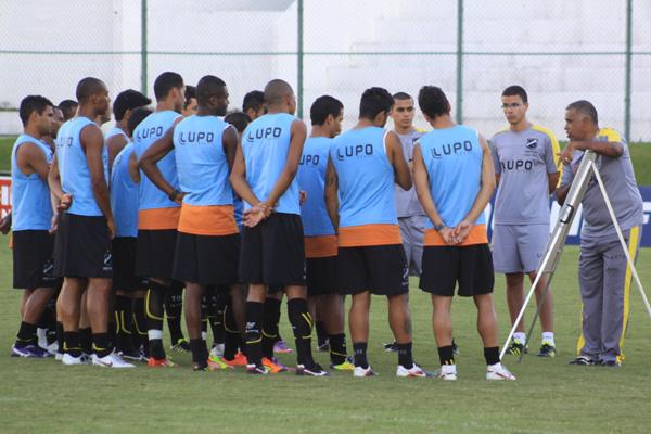 Os jogadores do elenco abecedista prestaram bastante atenção ao ensinamentos do técnico Ademir Fonseca, no treino de ontem