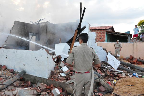 Bombeiros fazem o rescaldo do que sobrou da casa de Poliano Fernandes, acusado de ter matado Cinthia Lívia para se vingar da família