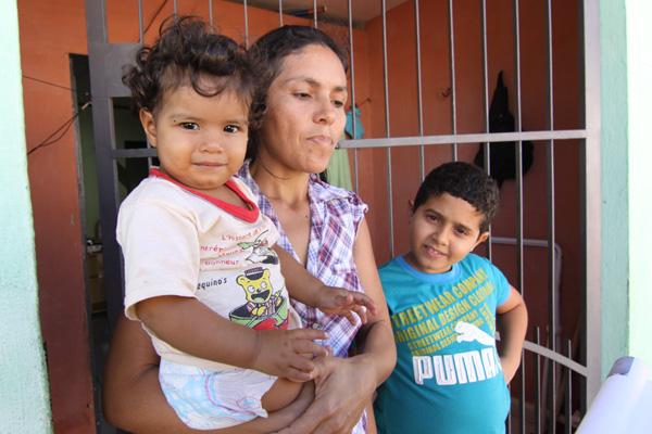 Miquelani Cavalcanti, mãe de dois filhos, diz que sofre com a falta de medicamentos nos postos