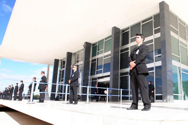 Homens de preto participam de treinamento para garantir a segurança de ministros e réus no julgamento do processo do mensalão