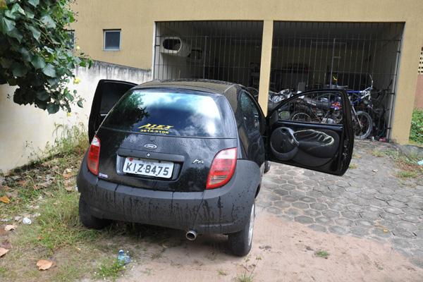 Os dois corpos foram encontrados no banco traseiro de um ford Ka, na manhã de ontem