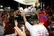 Um multidão já se encontra no local para comemorar a vitória de Carlos Eduardo