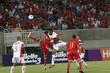 Jogadores disputam bola no alto