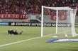 Goleiro adversário lamenta lance do gol de Rai, lateral esquerdo do america