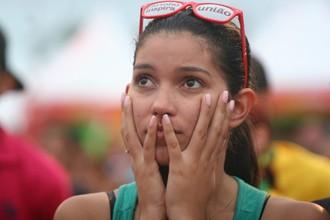 Torcedores da Seleção brasileira ficam tristes com o placar do primeiro tempo de jogo